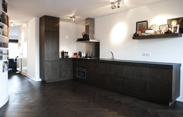 Een keuken van hout - Zwarte houten keuken ...